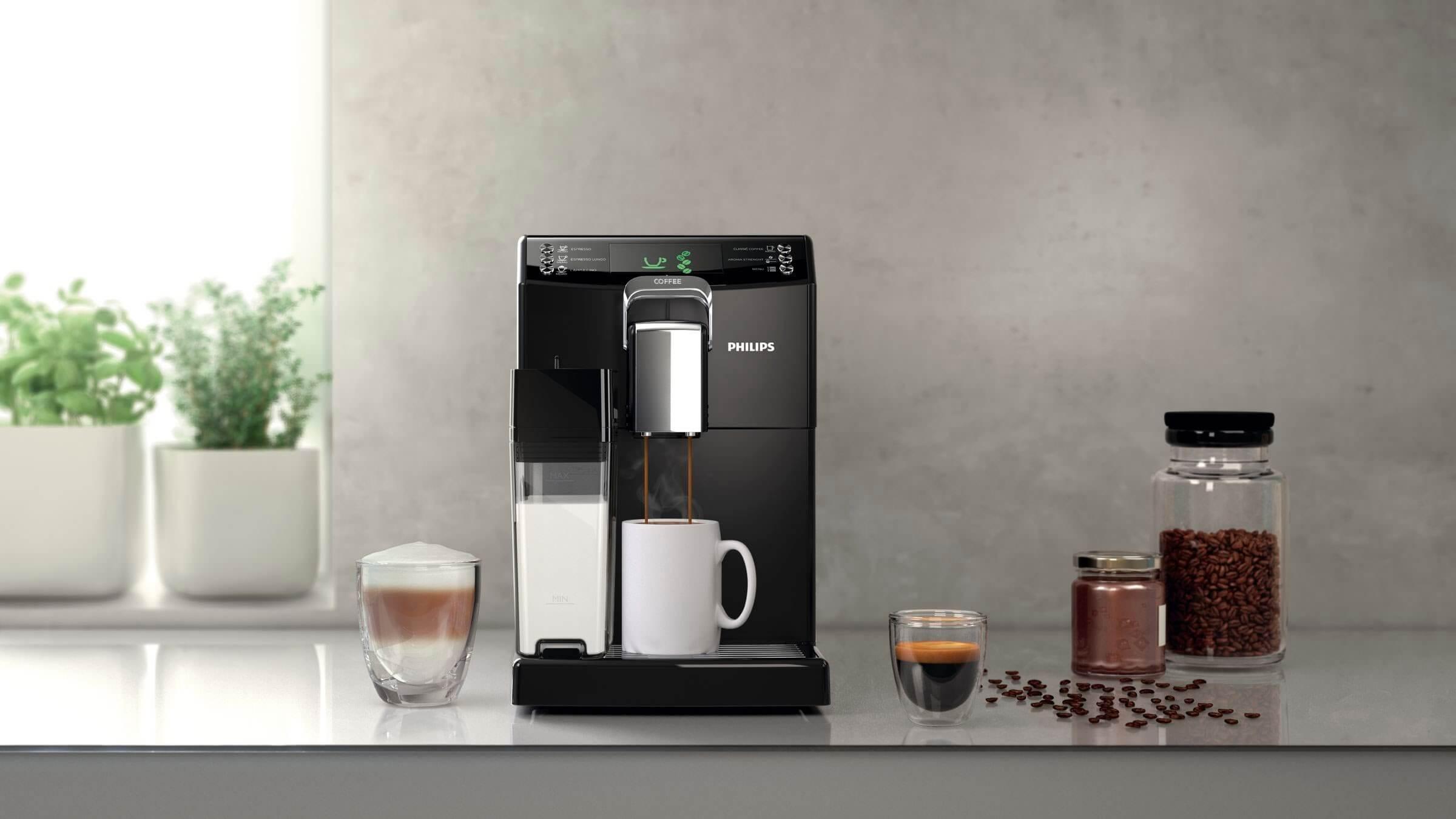 kaffebryggare som maler kaffe